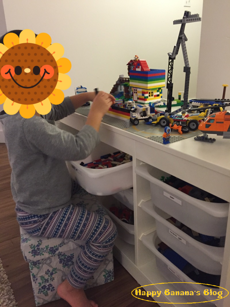 レゴテーブルで遊ぶ/playing at Lego table