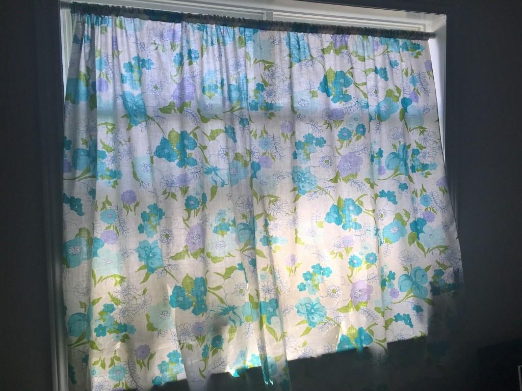 カナダ紫外線強っ!!室内の日焼け対策に、3ドルで簡易カーテン♪