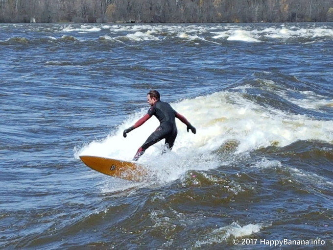 雪解けの激流川でサーフィン!?カナダ首都オタワの街中で楽しめる「リバーサーフィン」とは?