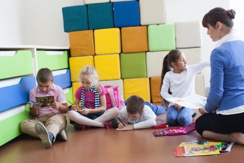 教室で寝転がって読書や課題をこなす欧米の小学生