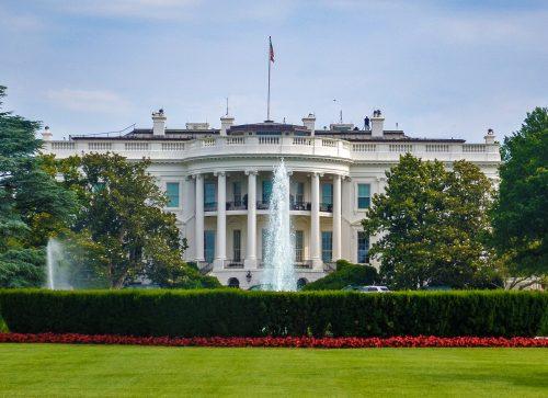 1812年にイギリス軍に焼き払われ、白く修復したアメリカのホワイトハウス