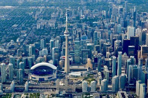 カナダのトロントにあるCNタワーやダウンタウン中心部の景色